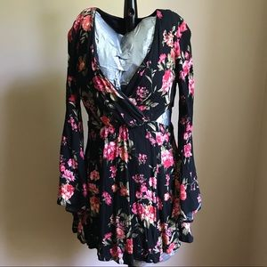 Forever 21 Sz medium black floral v neck dress